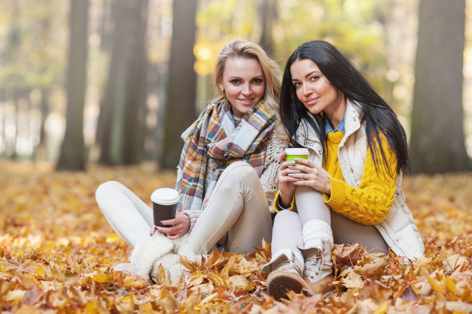 девушки в осеннем парке