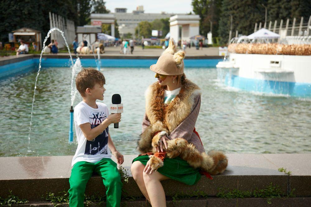 Мальчик берет интервью