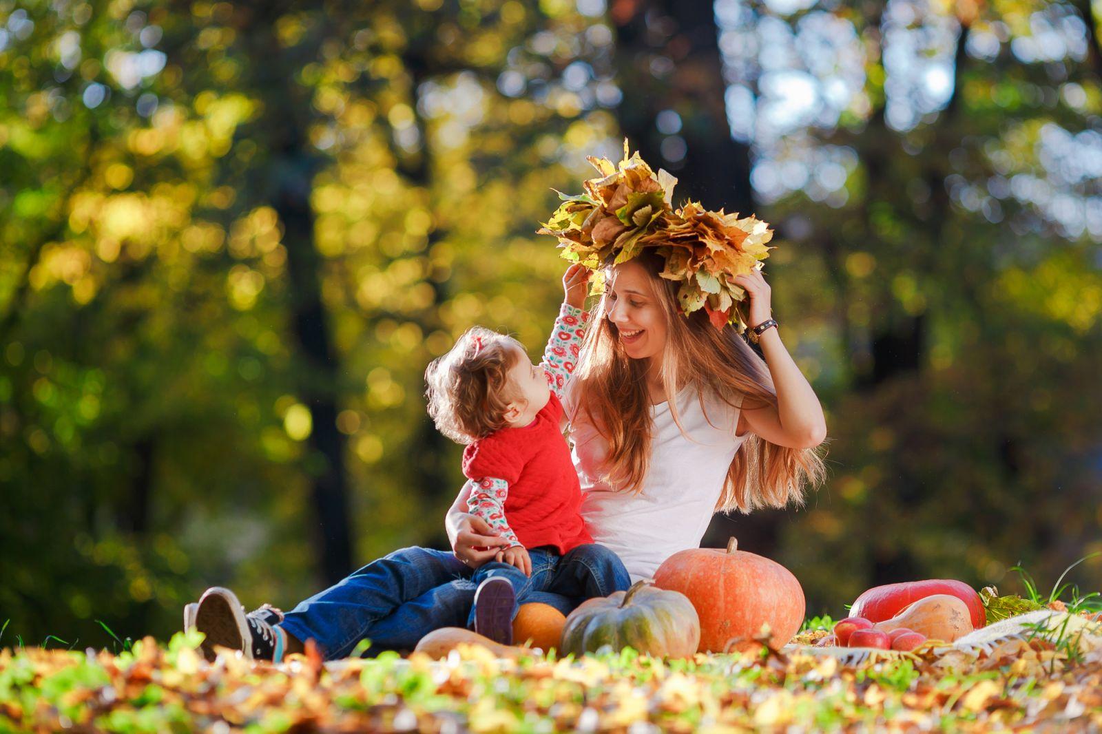 мама и дочка в парке