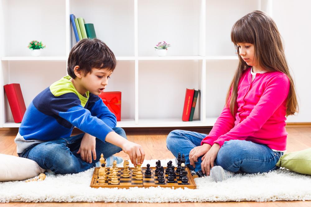дети играют в шахматы