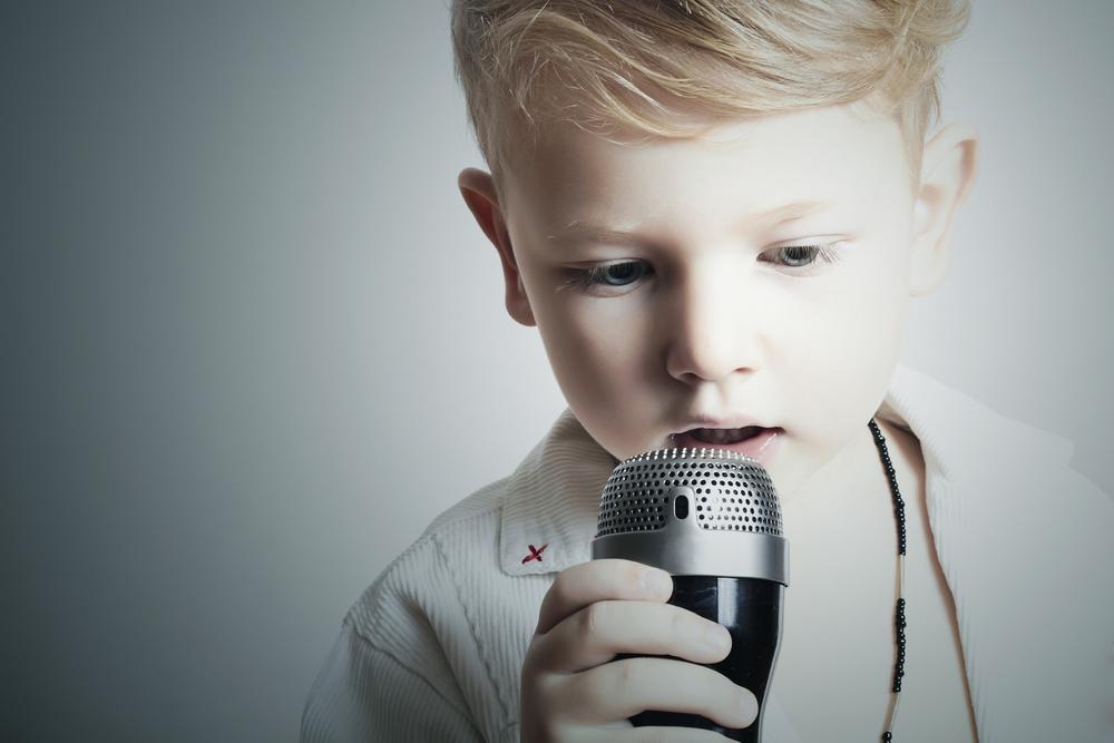 Публичные выступление: ребенок поет