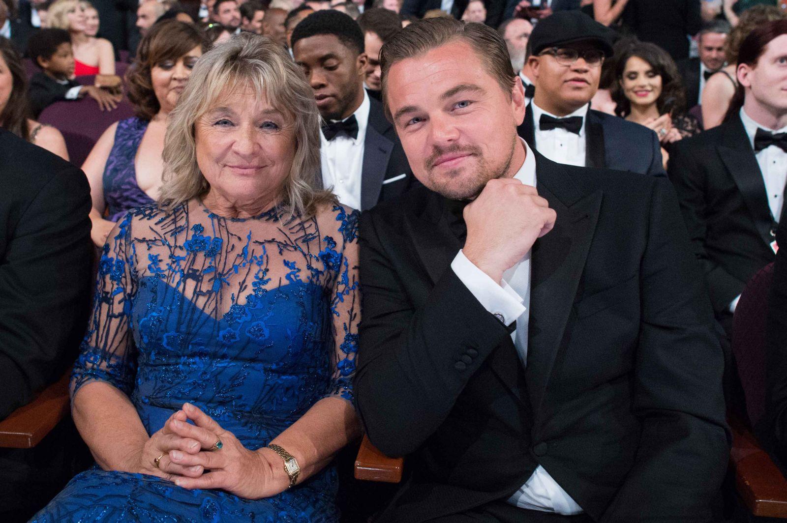 Старая русская женщина и сын 2 фотография