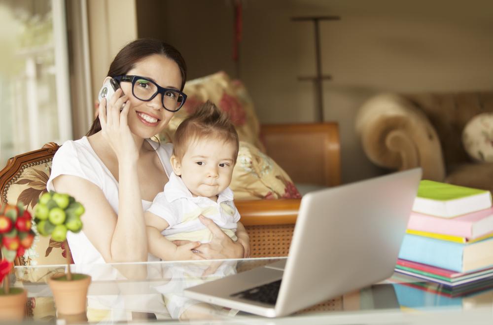 женщина с ребенком работает
