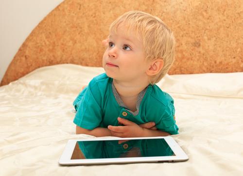 мальчик с планшетом