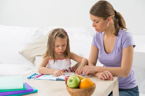 девочка учится с мамой