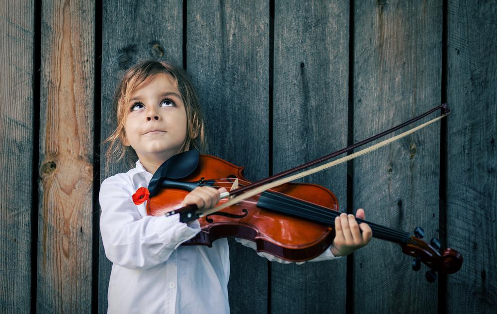 ребенок играет на скрипке