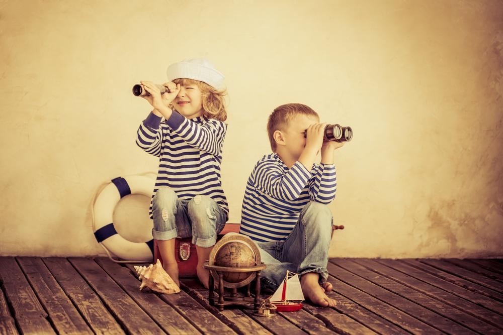 дети смотрят в бинокли