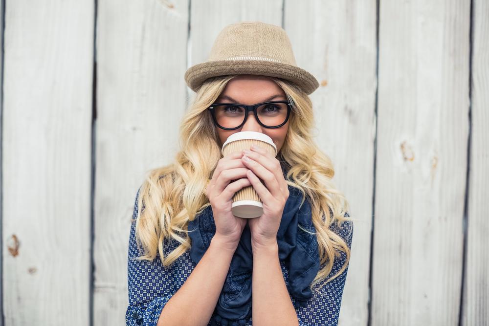 женщина пьет кофе