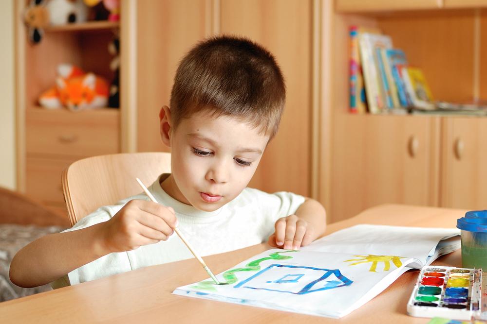 .ребенок рисует за столом