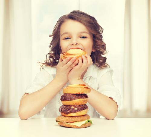 ребенок ест фаст фуд