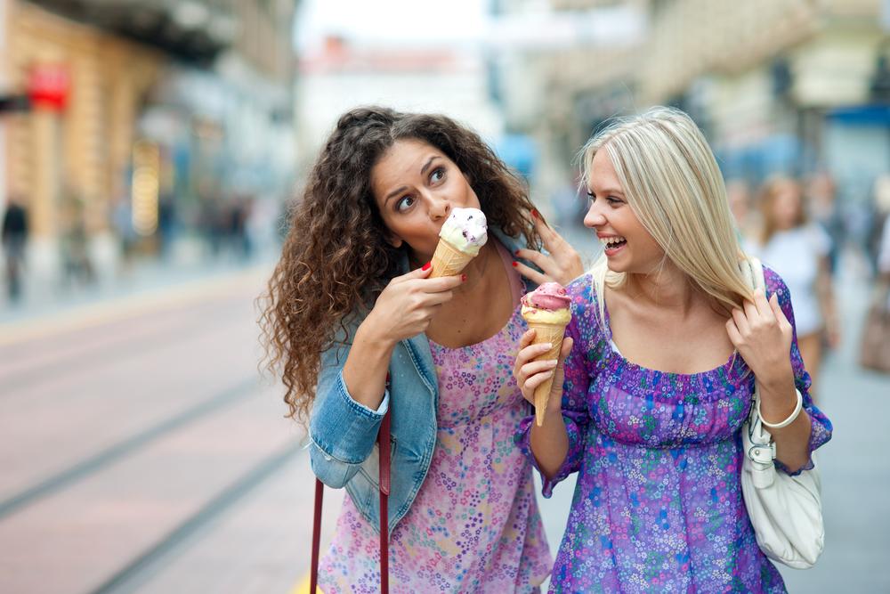 девушки едят мороженое