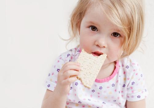 ребенок ест хлебец