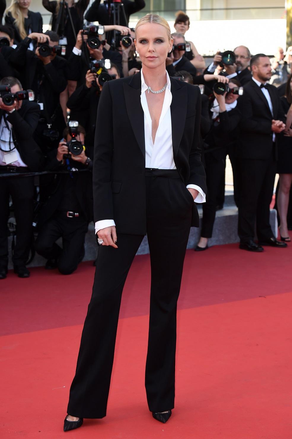 Синди Кроуфорд в черном костюме