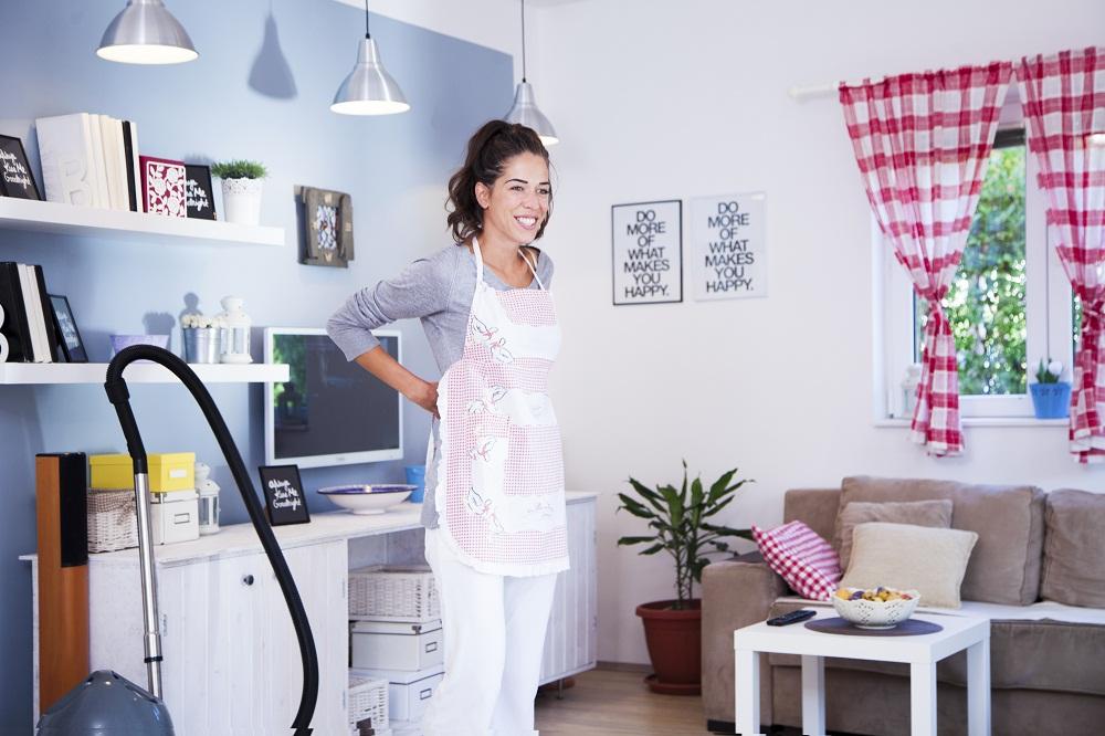 Женщина делает уборку