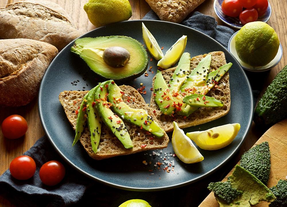 Сендвич с авокадо и кунжутом
