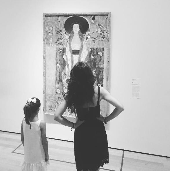 Кэти Холмс с дочкой на выставке