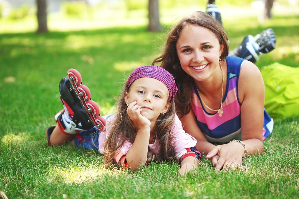 мама с дочкой на роликах