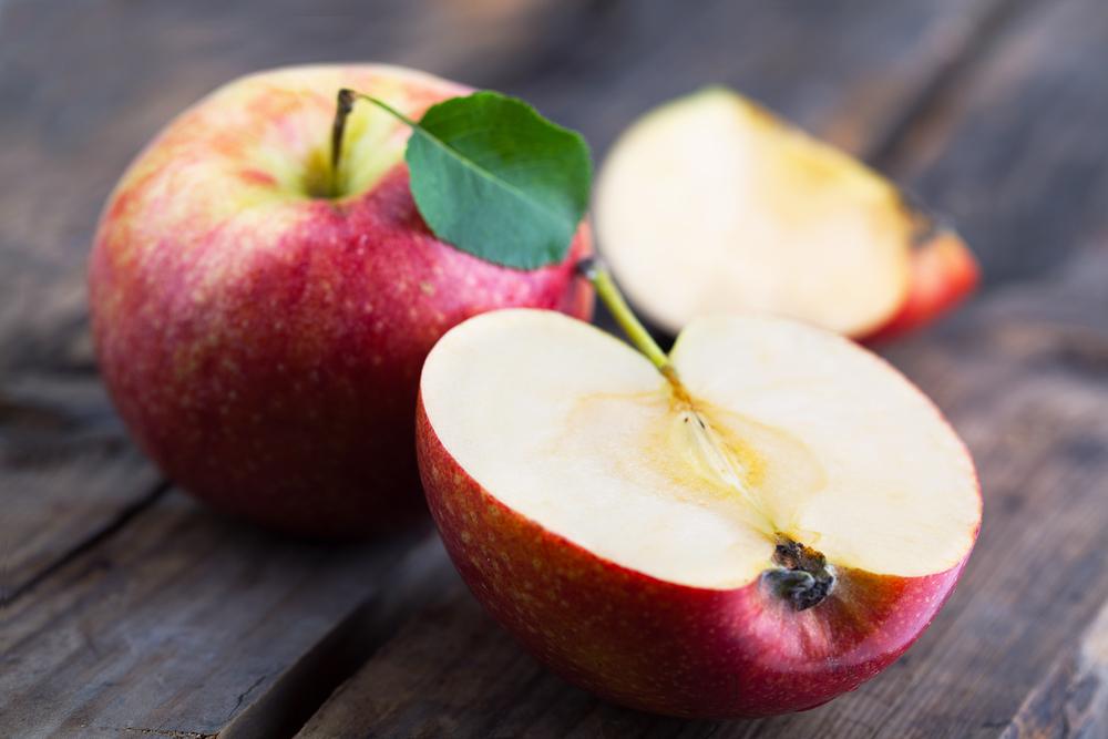 яблоки лежат на столе