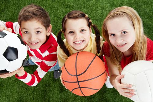 дети играют в мячь