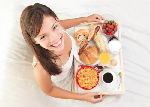 девушка с завтраком