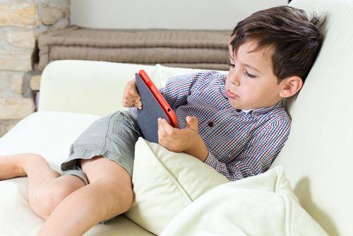 ребенок с планшетом