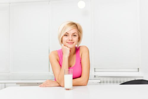 Девушка сидит за столом