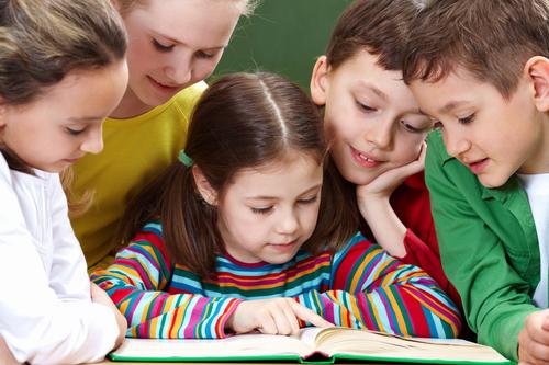 Школьники читают книжку