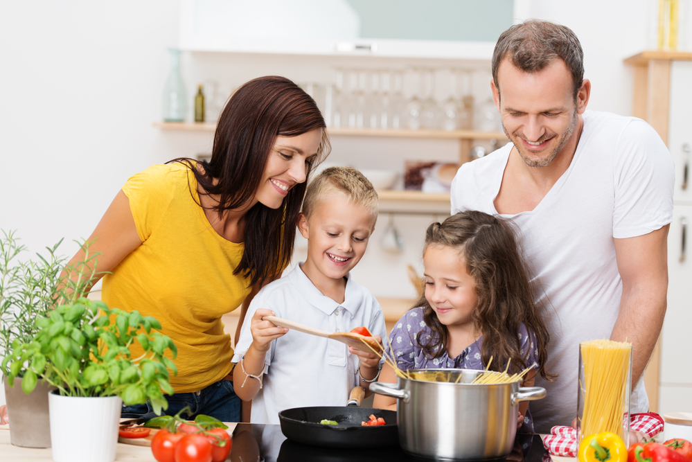 Семья готовит обед