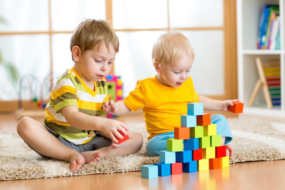 дети играют в комнате