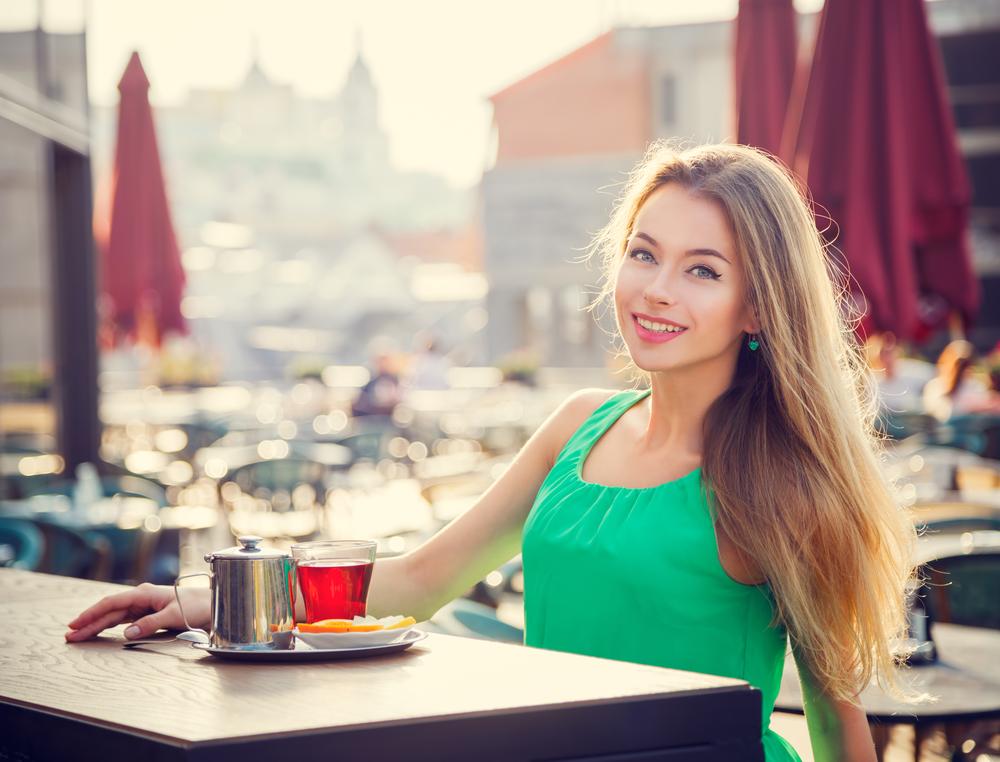 женщина пьет чай