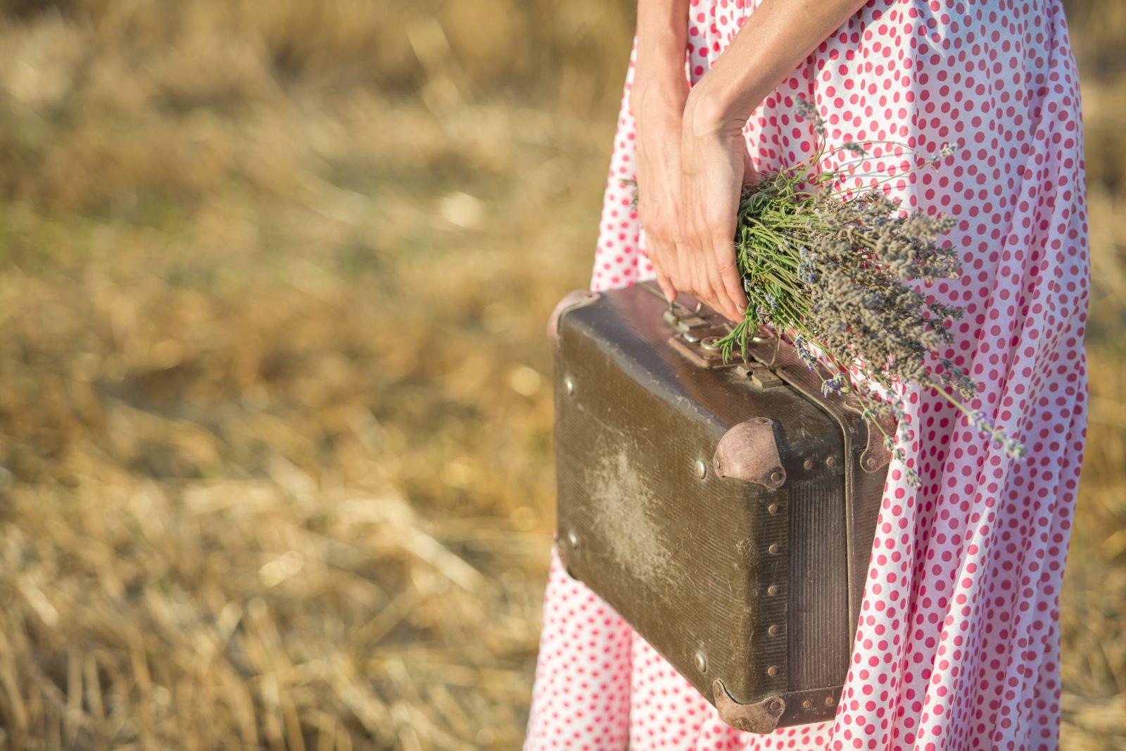 женщина с чемоданом